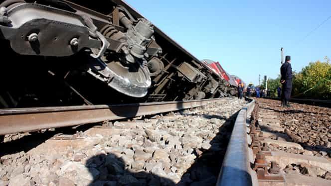 La un pas de TRAGEDIE! Tren LOVIT de o maşină