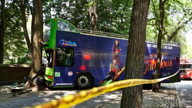 Accident teribil, la New York: un autobuz plin cu turişti a intrat într-un copac: 13 răniţi