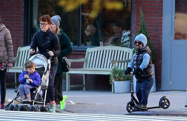 """Cum arată familia lui Peter Dinklage, """"piticul"""" din Game of Thrones. Soția sa e mult mai înaltă ca el. Galerie FOTO"""