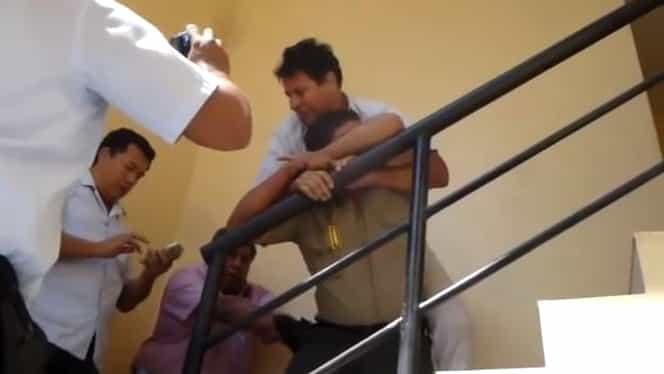 VIDEO. Imaginile zilei! Un poliţist prins în flagrant de colegi şi-a înghiţit mita