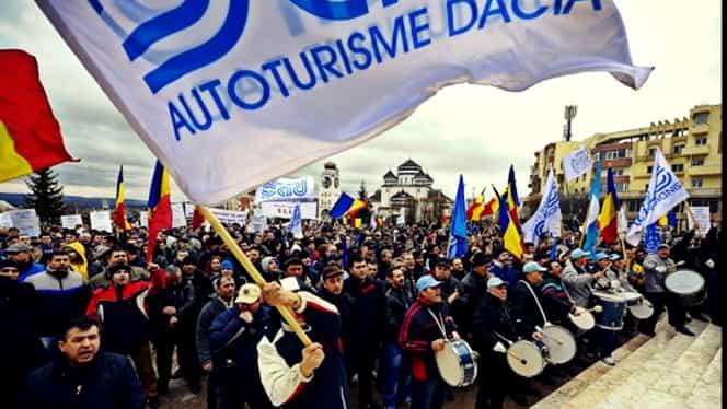 Miting al angajaților Dacia în fața Guvernului! De ce protestează