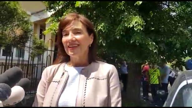 Carmen Iohannis, în fustă scurtă la vot! Cum s-a îmbrăcat soţia preşedintelui. FOTO