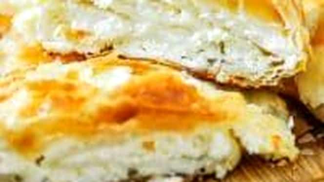 Rețetă de weekend. Plăcintă cu brânză sărată, un aperitiv de nota 10