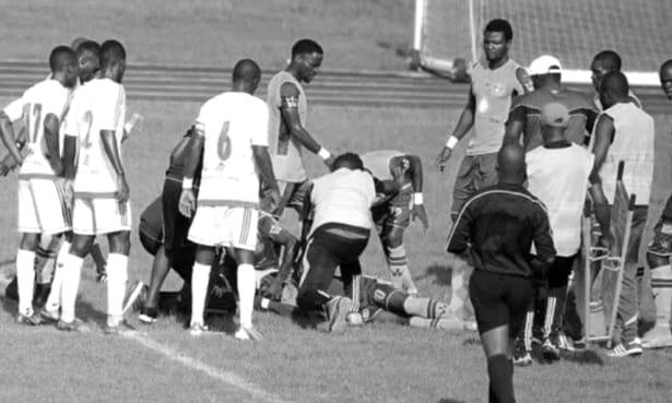 A murit la fel ca Patrick Ekeng! S-a prăbuşit în timpul meciului şi a murit! Ambulanţele de la stadion nu erau dotate corespunzător. VIDEO