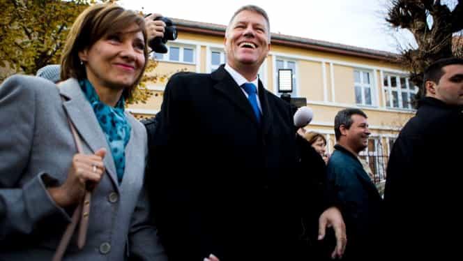 Klaus şi Carmen Iohannis, primul sărut în public! FOTO