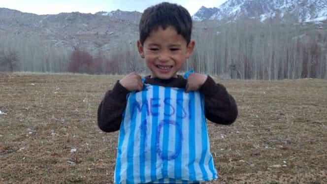 Copilul afgan care și-a făcut tricou cu Messi din pungi, forțat să fugă de acasă. Foto