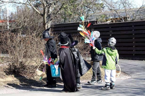 """În Finlanda, Paștele se poate confunda cu... Halloween-ul! După """"costumația"""" copiilor!"""