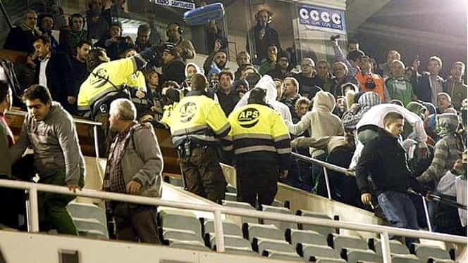 VIDEO / Au ÎMPIETRIT! Proteste GRAVE la un meci din Cupa Spaniei! Preşedintele clubului Racing a fost ATACAT!
