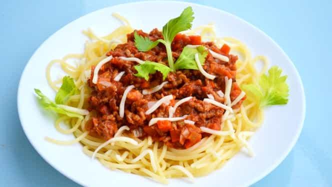 Rețetă de paste bolognese. Cum faci sosul perfect, pentru o porție delicioasă de spaghete