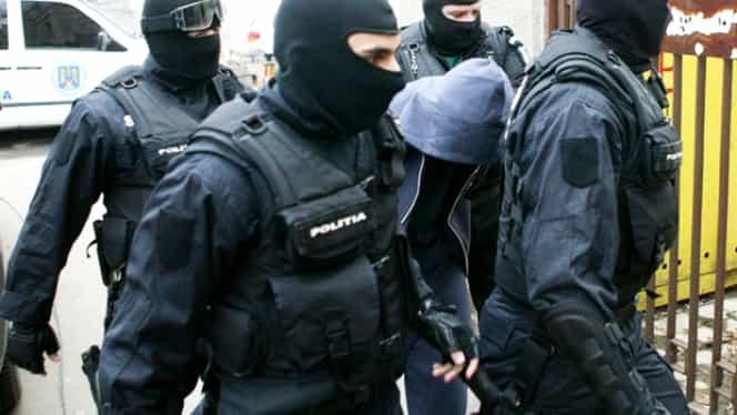 Descinderi ale mascaților la 10 traficanți de droguri. Captură impresionantă de droguri, arme și bani