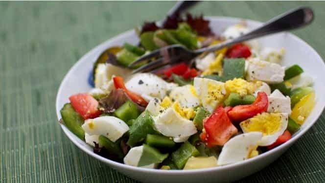 Ar trebui să adăugăm un ou la fiecare salată pe care o mîncăm. Iată de ce
