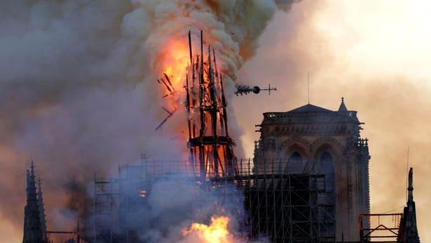 Primele imagini din Catedrala Notre-Dame, după incendiu! Ce se întâmplă cu altarul și crucea? O minune!