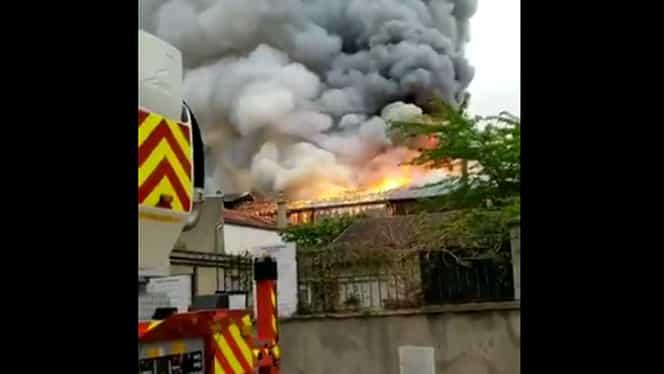 Un nou incendiu mare în Franţa! Flăcări puternice la Versailles. Pompierii au intervenit cu 26 de autospeciale