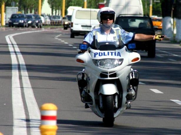 Șoferul și pasagerii trebuie să rămână în mașină când sunt opriți de polițiști.
