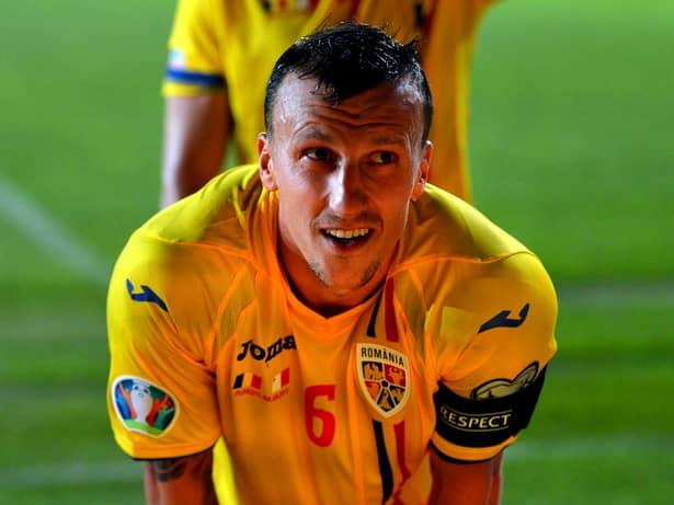 Vlad Chiricheș în meciul dintre România și Malta. Căpitanul tricolorilor e criticat de Florin Prunea. Sursă foto: sportpictures.eu