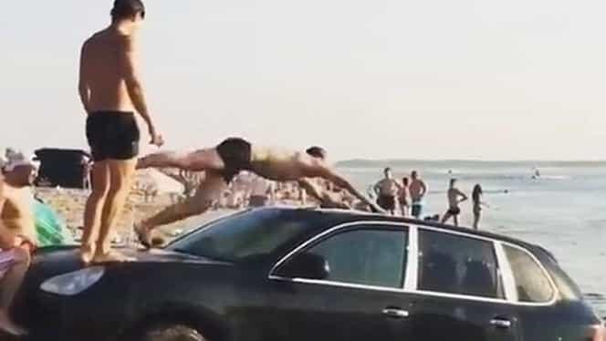 Cocalari la plajă! Au intrat cu Porsche-ul în apă, ca să facă trambulină din el