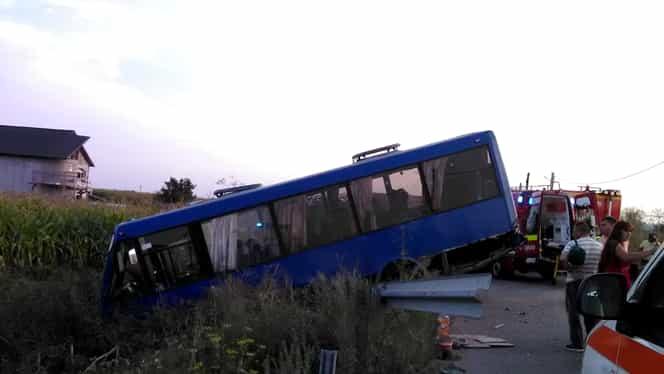 Plan roşu de intervenţie în Bacău! Un autocar a ajuns într-un şanţ