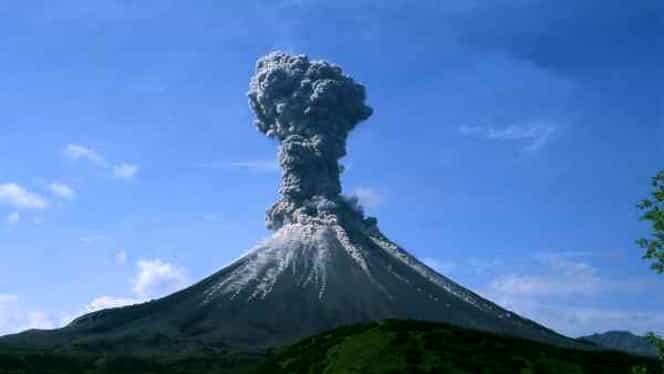 Cod portocaliu după erupția unui vulcan! Sute de persoane evacuate
