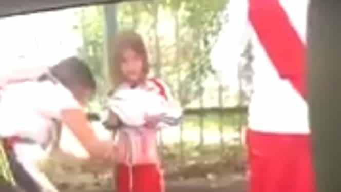 Imagini şocante! O mamă s-a folosit de fetiţa ei pentru a introduce petarde și torțe în stadion. Video