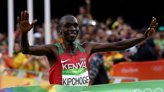 Povestea emoționantă a lui Eliud Kipchoge, atletul care a alergat maratonul în mai puțin de două ore. Și-a văzut tatăl doar în fotografii și alerga 2 mile pentru a ajunge la școală