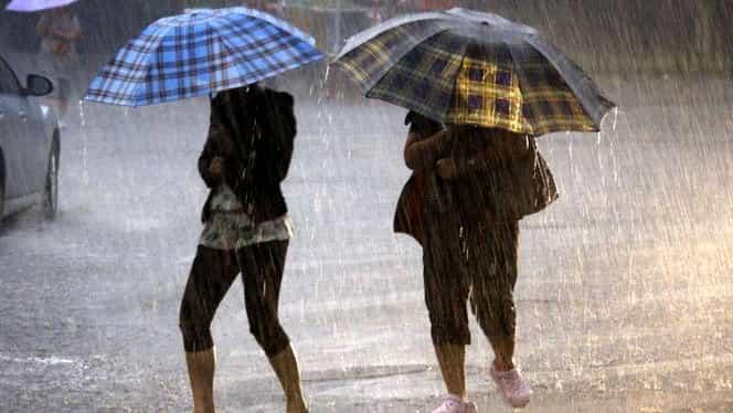 Informare meteorologică. Ploi în aproape toată ţara, descărcări electrice şi vânt