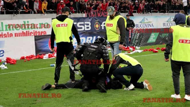 """Bătaie la finalul meciului FCSB – Dinamo! Fanii """"câinilor"""", bătuți de jandarmi după ce au intrat pe teren și au afișat un banner pe gazon. VIDEO EXCLUSIV"""