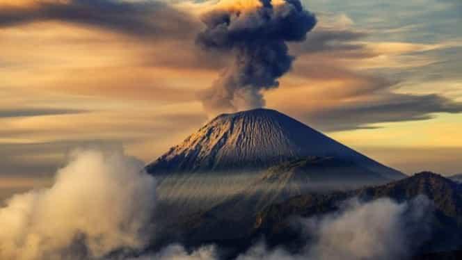 Vulcanul Agung a erupt în Bali. Imaginile spectaculoase fac înconjurul lumii FOTO
