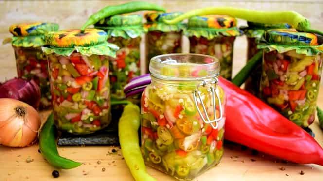Salata de ardei iuți cu ceapă la borcan, cea mai bună pentru iarnă. Rețeta cu care nu dai greș. Secretul bucătarilor