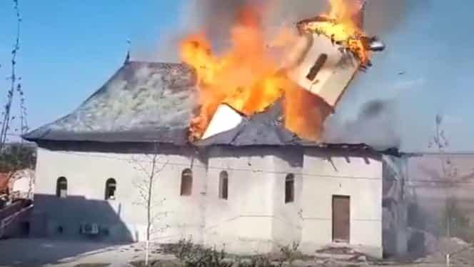 Mănăstirea Sf. Filip din Adamclisi a fost mistuită de flăcări! Turla bisericii s-a prăbușit din cauza flăcărilor. Foto + Video