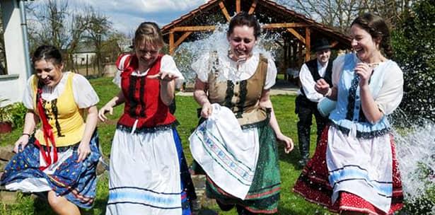 În Slovacia, de Paște, fetele sunt udate din cap până-n picioare! În Cehia e mai rău: sunt biciuite!