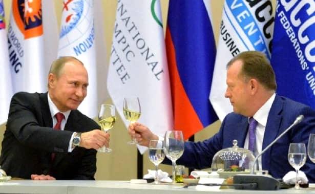 """""""Camarazii de tatami"""" Marius Vizer și Vladimir Putin închină un pahar de șampanie pentru pasiunea comună: judo-ul mondial"""