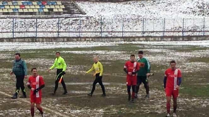 Foto. Ca la noi, la nimeni! Gazon acoperit de zăpadă la un meci oficial