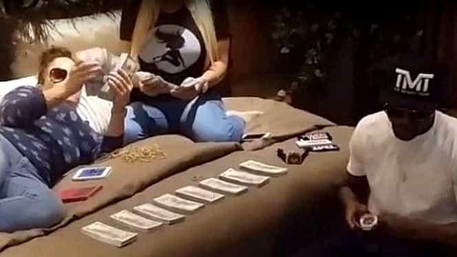 VIDEO / Imagini SFIDĂTOARE! Ce face Mayweather cu două femei în PAT!