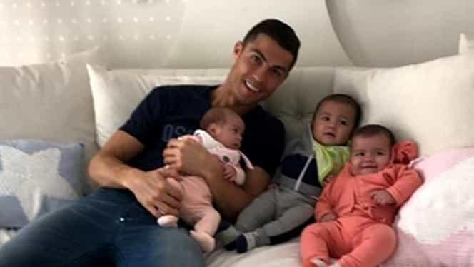 Foto. Cristiano Ronaldo şi-a scos familia la plimbare. Cum a fost surprins portughezul