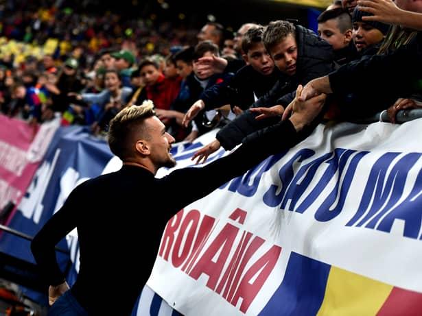 Ionuț Radu oferă tricoul său unui copil care a susținut România la meciul cu Norvegia. Sursă foto: sportpictures.eu