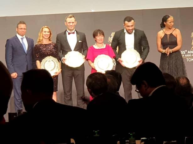 Alina Dumitru, a doua din stânga), s-a numărat printre legendele judo-ului premiate de IJF la CM de la Tokyo