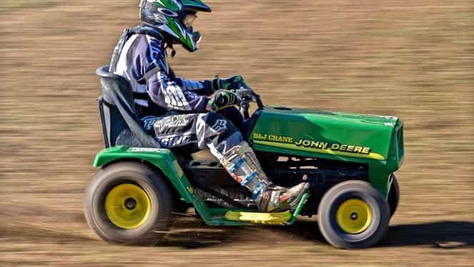 VIDEO / Maşina de tuns iarba mai rapidă ca un Logan