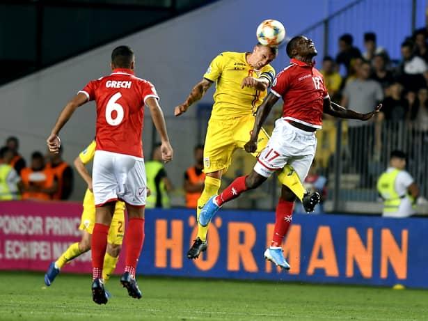 Vlad Chiricheș într-un duel în meciul România - Malta. Sursă foto: sportpictures.eu