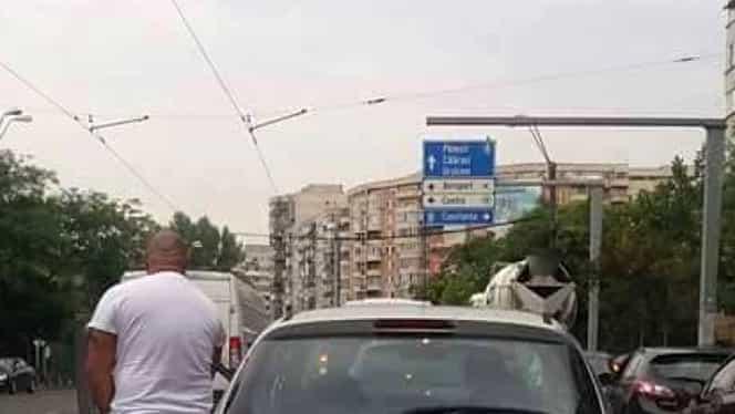 """REVOLTĂTOR! Un şofer din Bucureşti a făcut ASTA în timp ce aştepta la semafor: """"Cîtă nesimţire!"""""""