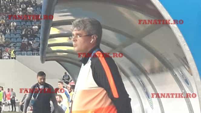 Suspendat, Gică Hagi a ținut legătura cu staff-ul în timpul meciului cu U Craiova. Antrenorul Cristian Sava, surprins cu cască! EXCLUSIV