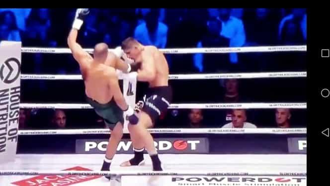 Badr Hari, momente teribile în ring. Luptătorul marocan și-a rupt piciorul în momentul unei lovituri și a părăsit arena în lacrimi, transportat pe targă. VIDEO