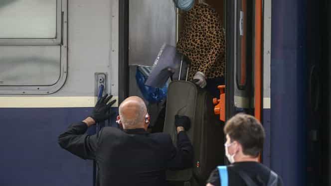 """Cum se merge cu trenul în pandemie. """"Nașul"""" nu atinge biletul, masca e folosită pe post de serveţel. Reportaj Fanatik"""