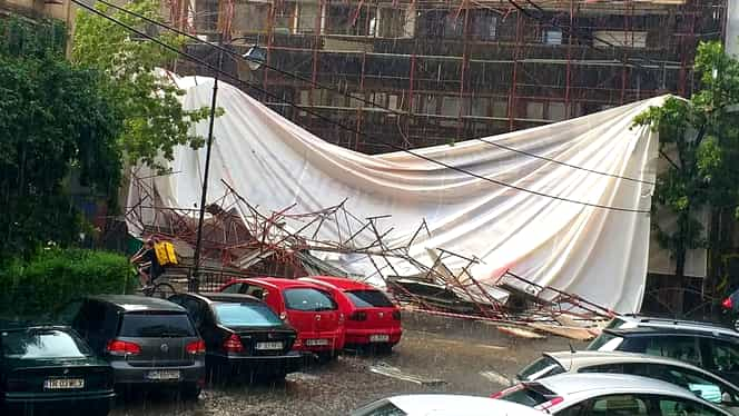 O schelă de construcții din București a căzut în mijlocul bulevardului! Traficul a fost blocat. VIDEO + FOTO