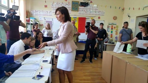 Carmen Iohannis în fustă scurtă la vot!