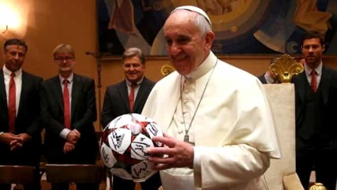 """Papa Francisc a jucat fotbal, dar nici Dumnezeu n-a putut să-l ajute: """"Eram foarte slab, jucam fundaș și am multe goluri luate de echipa mea pe conștiință"""""""