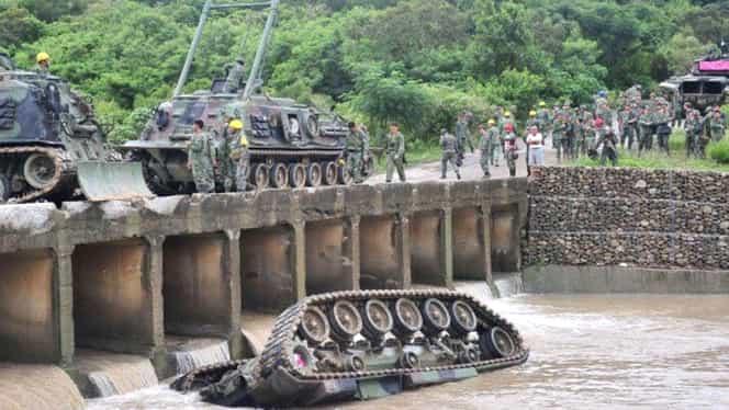 Accident neobişnuit. Trei morţi după ce un tanc a căzut de pe un pod