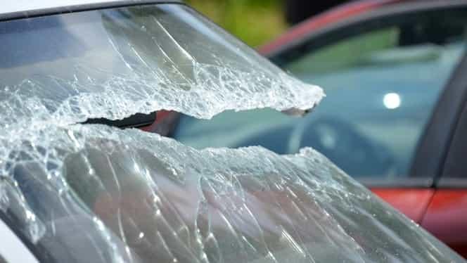 Cod roşu de intervenţie! Un microbuz, lovit de un autoturism: Cel puţin şase persoane au fost rănite