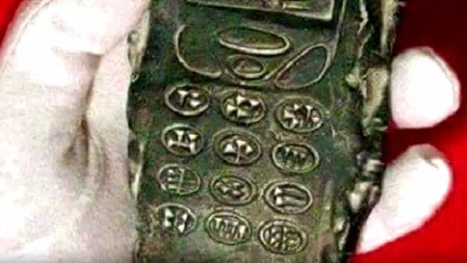 """Poza unui telefon mobil """"vechi de 800 de ani"""" a declanşat o ISTERIE pe Internet"""