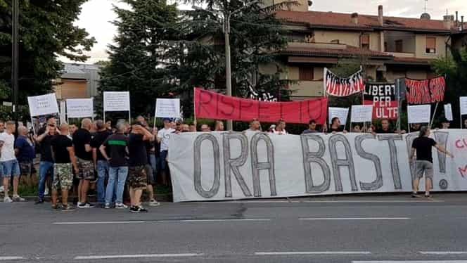 Fanii lui AC Milan au ajuns la capătul răbdării! Protest de amploare la vila lui Berlusconi