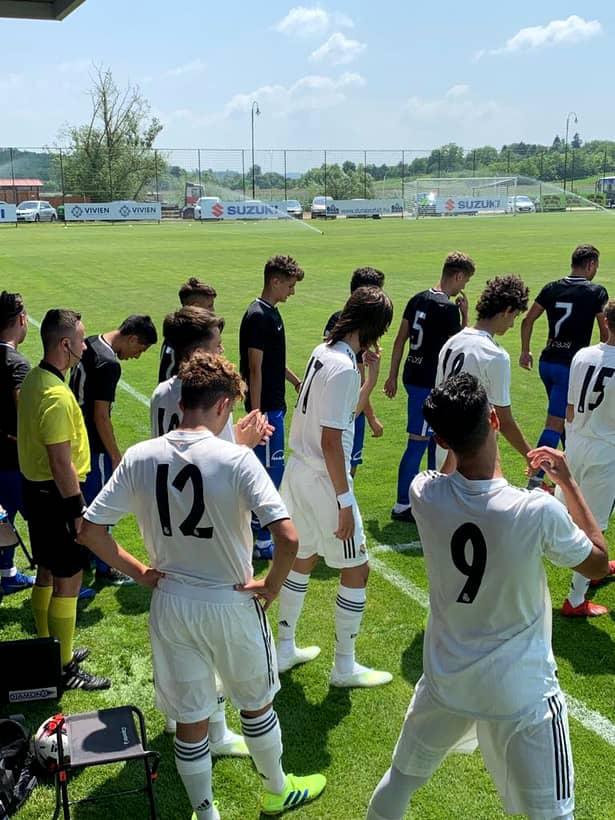 Jucătorii de la Viitorul U17 și Real Madrid înaintea meciului de la Puskas Suzuki Cup 2019. Echipa patronată de Gică Hagi i-a învins pe galactici.